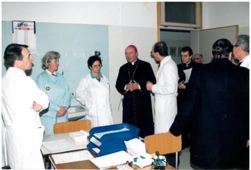 Anni '90, (da sinistra) Primario PS presso il vecchio ospedale di Bassano del Grappa, Dr. G. Bigolin, Soccorritrice A. Marzari, Dr.ssa C. Marchiori, Mons. P.G. Nonis (Vescovo di Vicenza), Dr. L. Giunta.