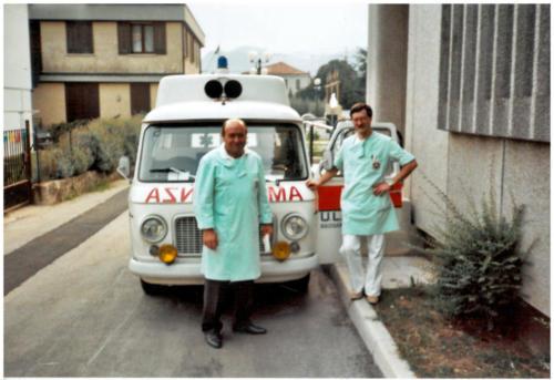 1985, prima ambulanza AIS – Sezione Bassano del Grappa donata dall'Enel. (da sinistra) Soccorritori Mario Frizzo e Dal Ben Paolo.