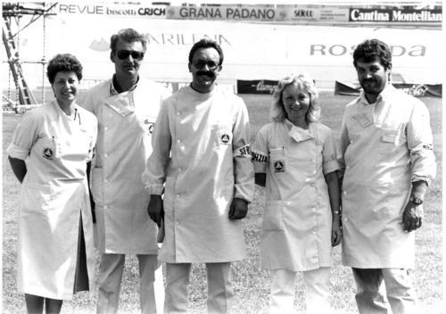 1985, servizio sportivo allo stadio Mercante di Bassano del Grappa. (da sinistra) Soccorritori: Tosin Carla, Colferrai Pierluigi, Strada Carlo; Farronato Patrizia e Favretto Paolo.