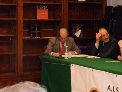 2012, consegna diplomi e festeggiamento 30° anniversario AIS – Sezione Bassano del Grappa. (da sinistra) Primario Dr. Giulio Bigolin e Dr. Claudio Parisi.